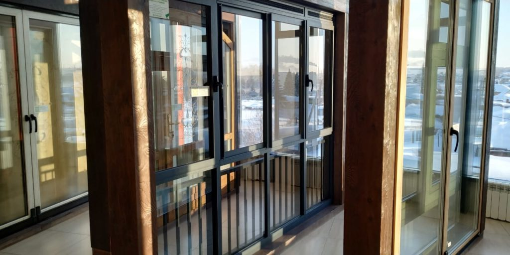 Какие окна для балкона и лоджии выбрать: распашные или раздвижные?